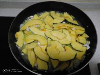 咸蛋清南瓜菜焖方便面,翻炒均匀 ,加入适量水,盖盖中火焖至南瓜变软。