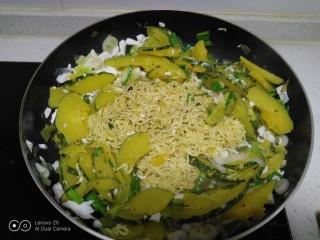 咸蛋清南瓜菜焖方便面,翻炒均匀。