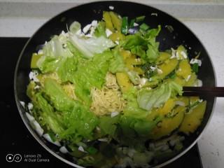 咸蛋清南瓜菜焖方便面,关火,加入生菜叶。