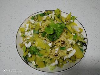 咸蛋清南瓜菜焖方便面,盛入盘中~铛铛挡~~开吃了