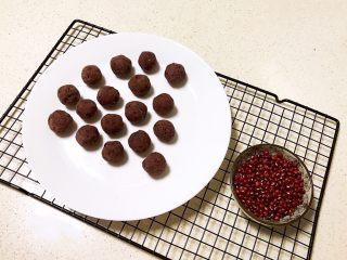 香炸麻团,把红豆沙团成小球