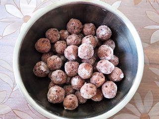 香炸麻团,把红豆沙馅放入冰箱冷冻30分钟(这样包出来的麻团更紧实)