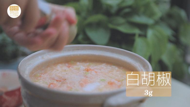 暖暖鲜虾砂锅粥 「厨娘物语」,倒入虾油和20g芹菜末搅拌均匀,加入1g盐1g白胡椒调味。