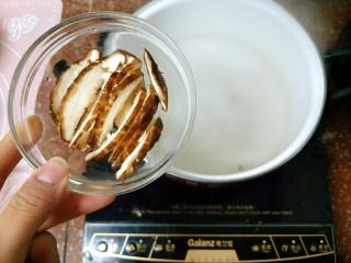 鲜蔬芙蓉汤,水开后先放香菇