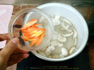 鲜蔬芙蓉汤,接着放胡萝卜,这些不易熟的先放。
