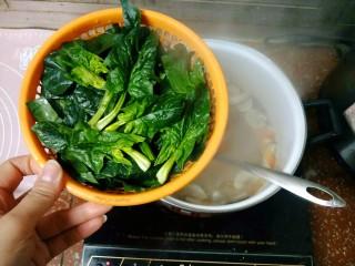 鲜蔬芙蓉汤,大概煮五分钟左右,放入菠菜。