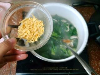 鲜蔬芙蓉汤,放虾皮。我这个虾皮没有咸味,所以最后要加适量的盐,如果你用的虾皮很咸,盐就要酌情加入了。