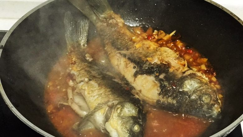 浅湘食光&干烧鲫鱼,倒入炸好的鱼