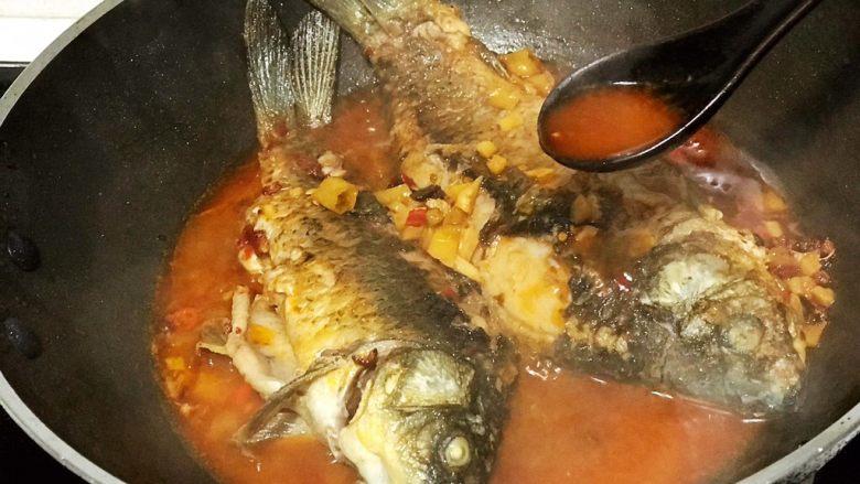 浅湘食光&干烧鲫鱼,用小勺不断将汤汁浇在鱼上,为鱼更入味