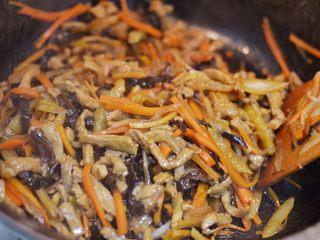 鱼香肉丝,倒入鱼香汁,炒至汁水均匀的包裹食材即可。