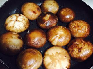 香菇酿,香菇往下,小火煎一分钟至肉末定型