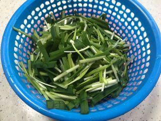 双韭仙贝丁,泡好的韭菜韭黄洗净之后切成寸段,控干水分