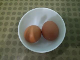 蛋黄溶豆,先准备两个鸡蛋。