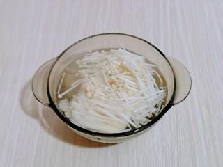 酸甜开胃~番茄金针菇冬瓜汤,用开水洗干净!