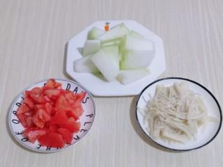 酸甜开胃~番茄金针菇冬瓜汤,冬瓜去皮洗干净切小块,准备工作完成!