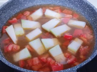 酸甜开胃~番茄金针菇冬瓜汤,待番茄炒碎,加入一小碗纯净水!
