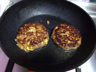 鸡肉泡面汉堡,倒扣到锅,中小火慢煎5分钟中途翻面煎至两面金黄时取出(一点要小火,以免中间不熟)
