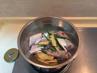 最下饭的萝卜丝带鱼煲,带鱼洗净,+生姜+葱+料酒+2小勺盐腌制20分钟