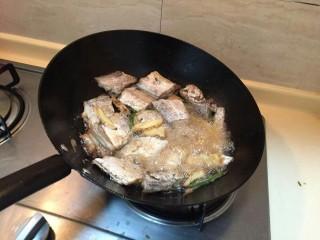 最下饭的萝卜丝带鱼煲,热锅冷油煎鱼,这样子鱼就不会粘锅