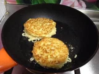 鸡肉泡面汉堡, 小火煎至两面金黄酥脆时取出