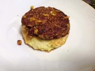 鸡肉泡面汉堡,底部放入一个面饼加一个肉饼