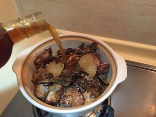 最下饭的萝卜丝带鱼煲,料酒少许