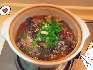 最下饭的萝卜丝带鱼煲,放点香葱吊吊香味完成(๑•̀ㅂ•́)و✧优秀。下饭菜冬天吃萝卜大补暖fufu的
