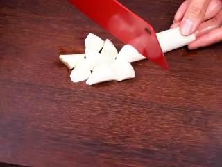 山药小米黑枣粥—健康美味有益处,伴你活力一整天,山药去皮后切块。