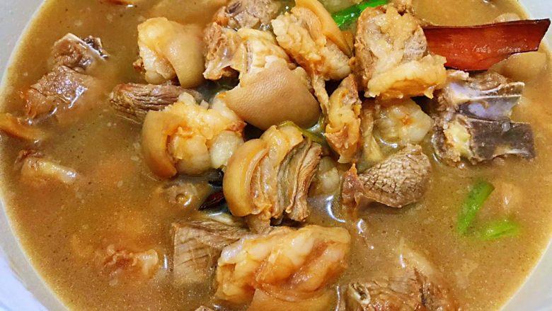冬季暖身——萝卜焖羊腩,转入炖锅里加清水大火煮开后转小火焖40分钟