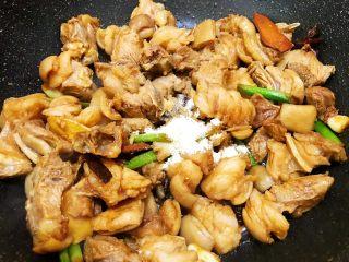 冬季暖身——萝卜焖羊腩,加入盐和鸡粉