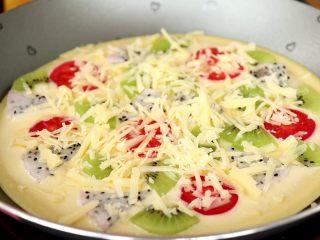 水果披萨,再撒上奶酪碎 tips:奶酪大家尽量选择含钠低的,配料表中的配料少的奶酪