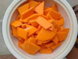 南瓜糯米糍,去皮,切薄块,洗净。
