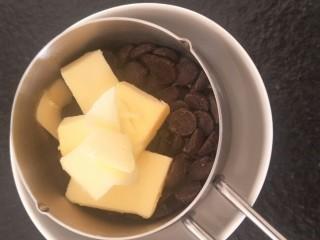 香浓巧克力爆浆面包,巧克力45克黄油25克隔水融化