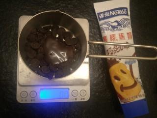 香浓巧克力爆浆面包,巧克35克我嫌巧克力太苦了加了15克巧克力炼奶+25克黄油隔水融化