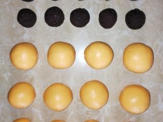 南瓜糯米糍,将糯米团搓成直径约4cm等量大小的团子,红豆泥也搓成等量约2cm的团子。