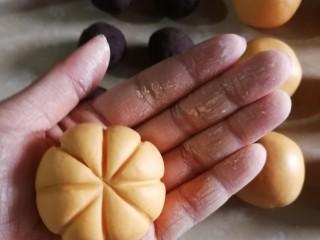 南瓜糯米糍,拿一根牙签,先压个十字,手法由底部向中心压,再在对角线都压上线。