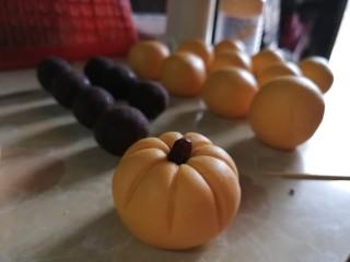 南瓜糯米糍,在顶部放上一颗完整的红豆。