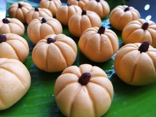 南瓜糯米糍,将所有的南瓜糍做好放蒸架上,间隔留一点距离,最好在每个南瓜糍边缘刷一些植物油,防粘,成品也较好看。