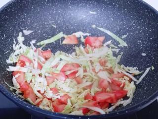 营养健康早餐  卷心菜番茄全麦鱼面,起油锅,加入切好的番茄卷心菜编炒。