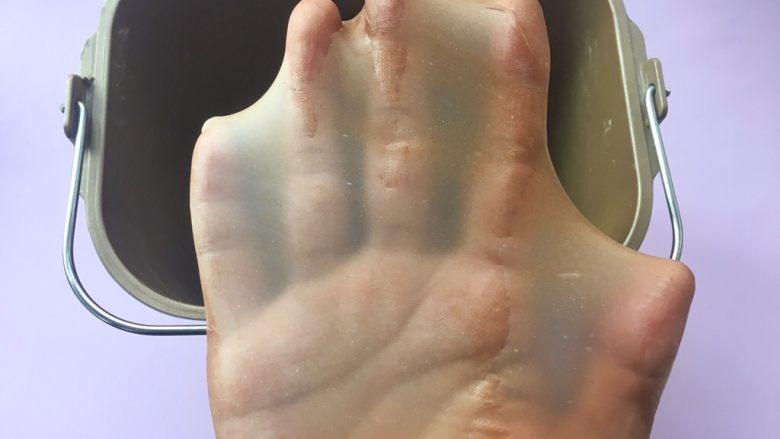 可可坚固咕咕霍夫 ,揉好的面团切下一小块可以撑出薄薄有弹性的手套膜;