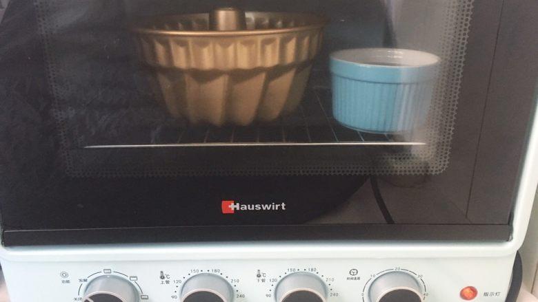 可可坚固咕咕霍夫 ,烤箱内放碗热水,将模具放入烤箱内,启动发酵程序,二次发酵面团;