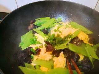 轻脂系列之莴苣木耳炒鸡蛋,再加葱花,翻炒均匀即可起锅。