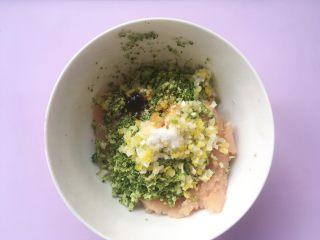 鸡排小蜗牛,加入盐、酱油跟蚝油