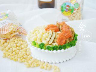 鸡排小蜗牛,盘子内装入煮好的意面,装饰上鸡排跟西兰花,最后再淋上西红柿酱,美味的鸡排意面就可以吃啦