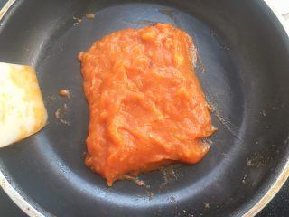 鸡排小蜗牛,将西红柿炒成细腻的泥状,即可关火