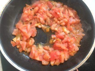 鸡排小蜗牛,植物油有热度时加入西红柿碎,西红柿汁也要加入,小火翻炒