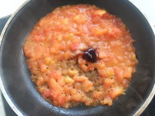 鸡排小蜗牛,加入盐、蚝油跟酱油,边翻炒边用铲子压碎西红柿丁