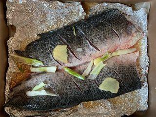 烤鱼—黑鱼,鱼下面上面放上姜葱腌制2小时
