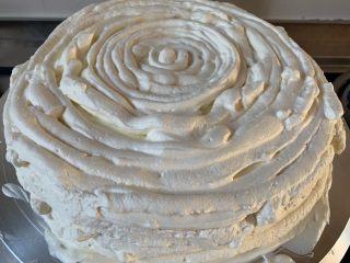 妈妈的蛋糕,奶油放入裱花袋一圈圈挤旁边也是