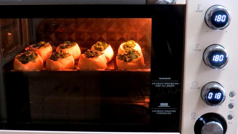 让人吃后难忘的葱多多面包【台式香葱包】,放入预热好的烤箱,180度18分钟。上色完成后可覆盖锡纸